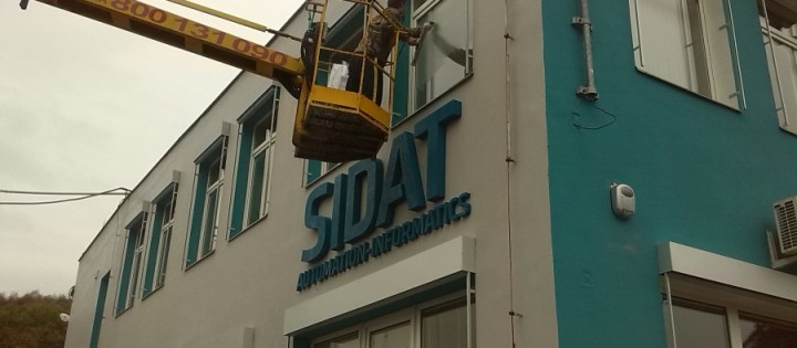 Mytí oken ve výškách z montážní plošiny Praha